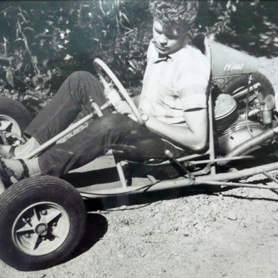 Nuori mies istuu mikroautossa