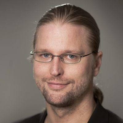 Vuoden 2011 Alvar Renqvist -palkinnon saaja kustannusosakeyhtiö Otavan toimituspäällikkö Markku Aalto.