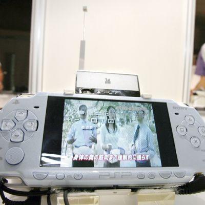 PlayStation Portable -laitteita esitellään Tokion pelimessuilla Japanissa