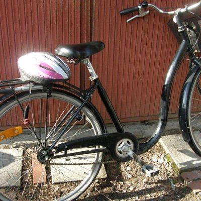 Polkupyörä seinustalla