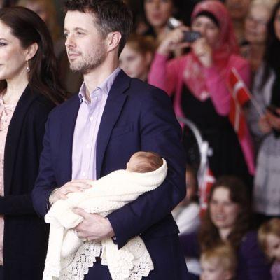 Kruununprinssi Fredrik ja kruununprinsessa Mary poseeravat vauvojen kanssa valokuvaajille Kööpenhaminassa tammikuussa.
