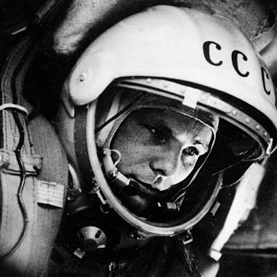 Juri Gagarin kosmonautin kypärä päässään