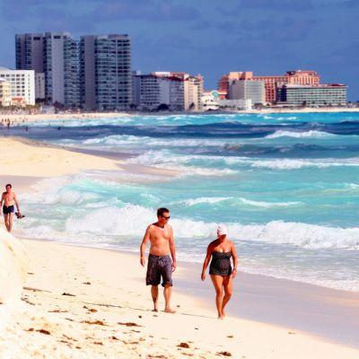 Ihmisiä hiekkarannalla Meksikon Cancunissa