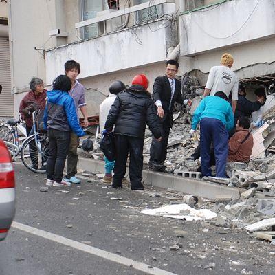 Paikalliset asukkaat etsivät eloonjääneitä järistyksessä romahtaneen talon raunioista.