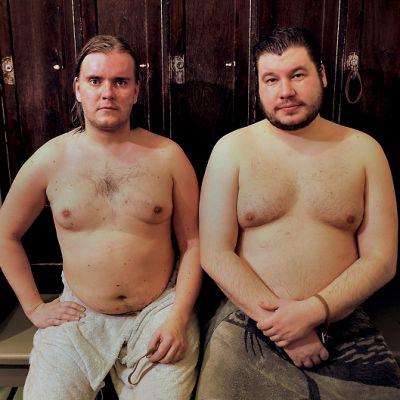 Ohjaajat Mika Hotakainen ja Joonas Berghäll odottamassa saunaan menoa.