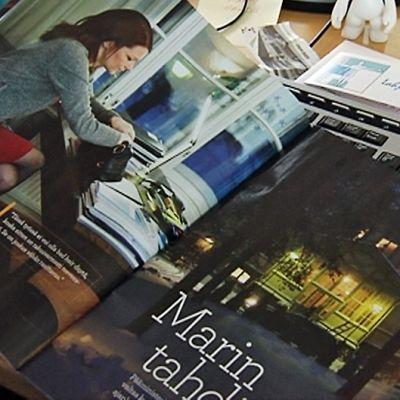 Anna-lehden vieraileva päätoimittaja Hanna Jensen selailee lehteään, jossa on iso juttu pääministeri Mari Kiviniemestä.