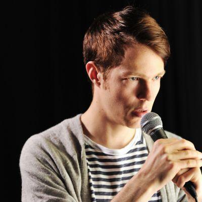 Olavi Uusivirta esittää Baddingia kuunnelmasarjassa Rakkaudella, Rauli Badding.