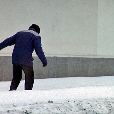 Vanhus tarpoo lumessa