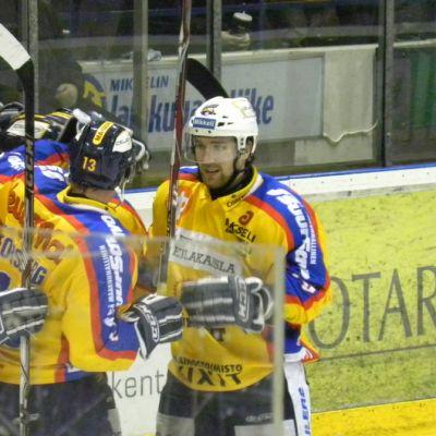 Markku Flinckin (oik) johti Jukureiden tulitusta ensimmäisessä finaaliottelussa.