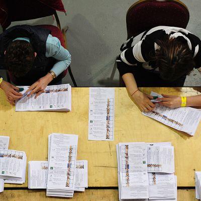 Vaalivirkailijat laskevat annettuja ääniä.