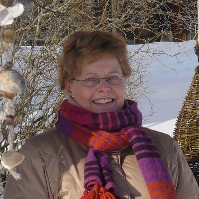 Toiminnanohjaaja Sari Uotila ja Voutilakeskuksen elämyspuutarha