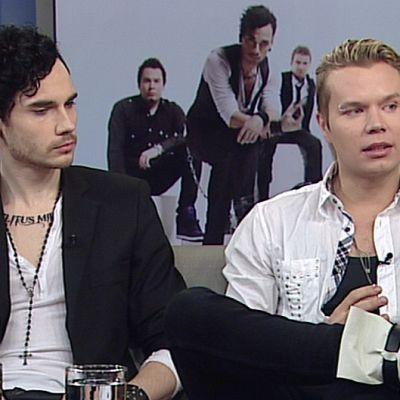 Lovex-yhtyeen jäseniä Aamu-TV:n sohvalla.