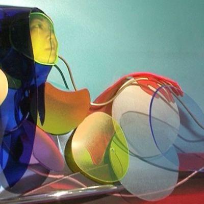 Hieman surrealistinen, värikylläinen kolmiulotteinen teos naisesta.