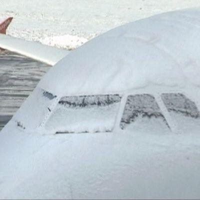 Lumen kuorruttama lentokone lentokentällä Britanniassa.
