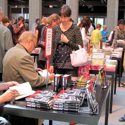 kirjallisuustapahtumassa kirjailijat signeeraavat kirjoja