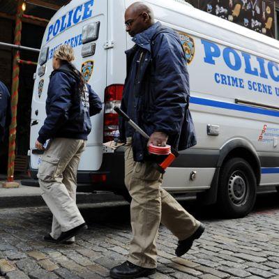 New Yorkin poliisin rikosryhmä saapui tutkimaan Mark Madoffin kuolinpaikan.
