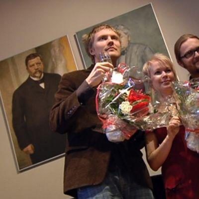 Harry Salmenniemi, Elina Hirvonen ja Marko Hautala vastaanottivat Kalevi Jäntin palkinnon.