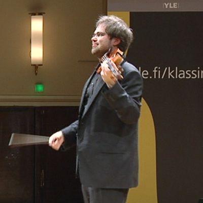 Mies soittamassa viulua.