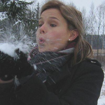 Kaisa-Mari Ruokolainen puhaltaa lunta käsistään