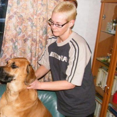 Eläinhieroja hieroo koiraa