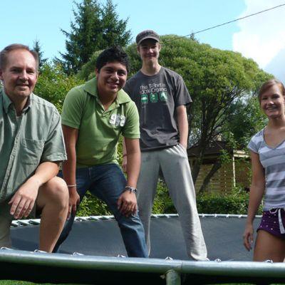Erkki Saarinen, José Ontiveros, Sakari Saarinen ja Hanne Saarinen iloitsevat trampolinilla.