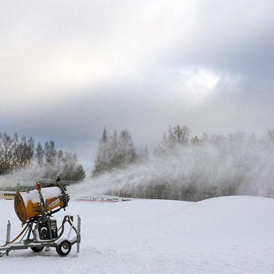Lumitykit lumettavat tykkilunta kasalle Hämeenlinnassa Ahveniston moottoriradalla