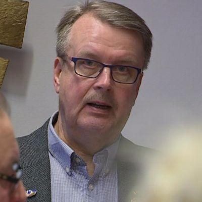Pekka Huovila katsoo kameraan ja juttelee.