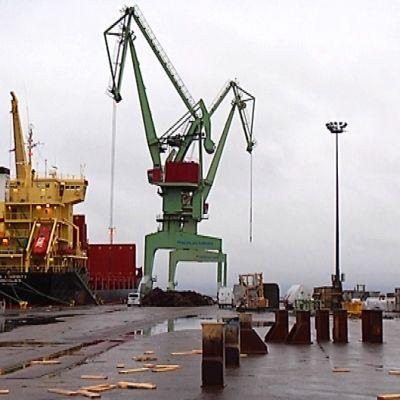 Laiva satamalaiturissa.