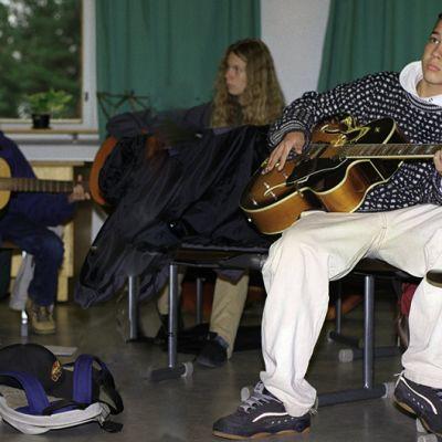 Koululaisia musiikin tunnilla