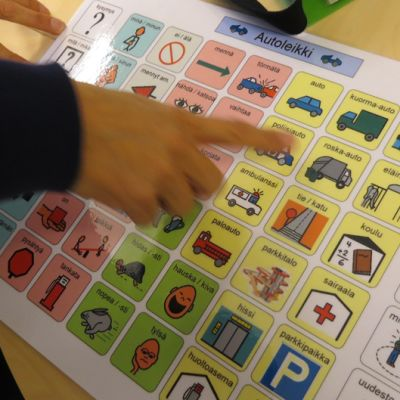 Pienille puhumattomille lapsille on uudenlaisia menetelmiä puheen tukemiseen ja korvaamisen. Toimintakartta mahdollistaa esimerkiksi vuorovaikutuksen päivähoidossa muiden lasten kanssa. Vaikka sanoja ei ole, kommunikointi onnistuu kuvien avulla.