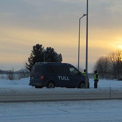 Tulli valvoo Suomen ja Ruotsin rajalla Torniossa.