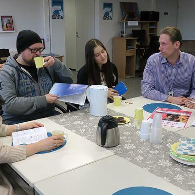 Ohjaamon kahvipöydässä vasemmalta Sarianna Salmivalli, Markus Töhönen, Suvi Ihamäki, Jukka Lidman ja Tuulia Viskari