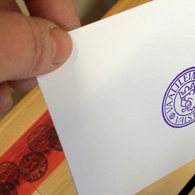 Äänestyslippua pudotetaan vaaliuurnaan
