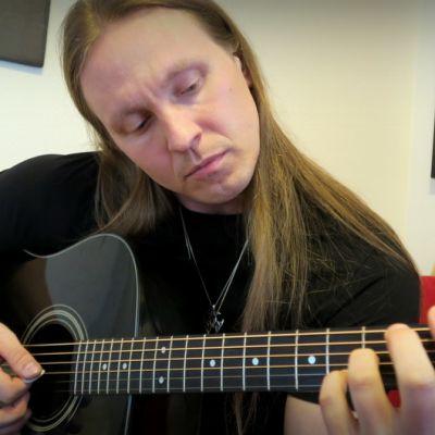 Henri Vänskä soittaa kitaraa