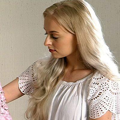 Maiju Ylitalo pitelee vaaleanpunaista tanssiaispukua