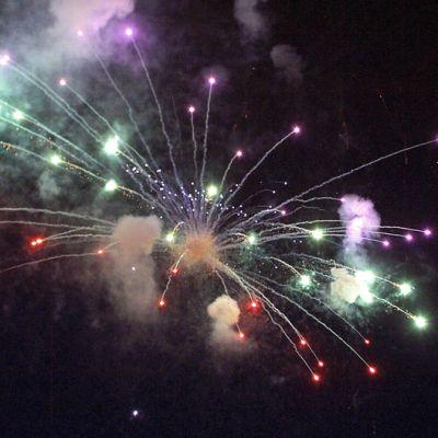 Ilotulitusraketti räjähtää taivaalla