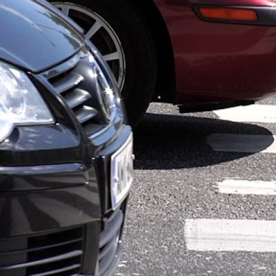 Autoja suojatien edessä