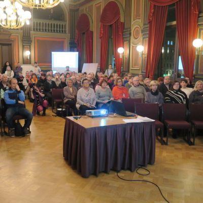Yleisöä salissa