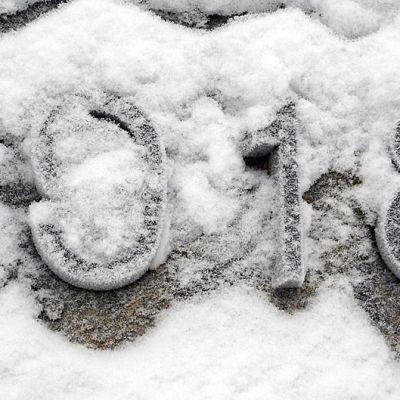 Luku 1918 osin lumen peittämänä muistomerkissä