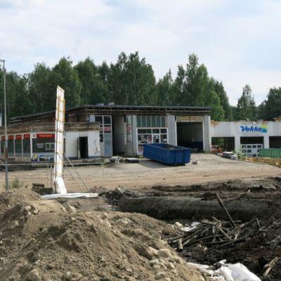 Vekan baarin rakennuksia puretaan Hämeenlinnassa