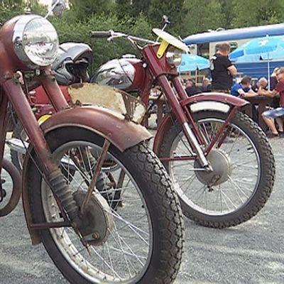 Vanhoja moottoripyöriä Cafe Lättiksen parkkipaikalla