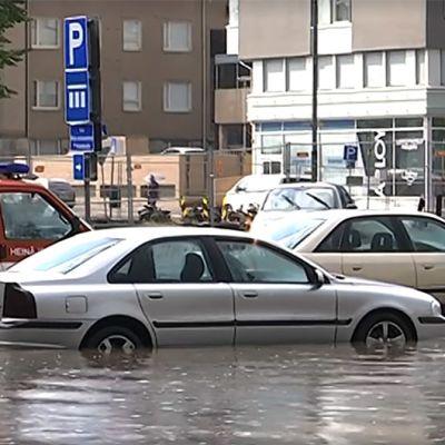 Autoja juuttuneena kaduille tulvineeseen sadeveteen