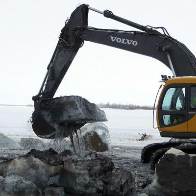 Venereitin ruoppausta jäältä