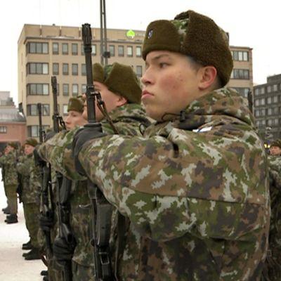 Sotilaita Mikkelin torilla rivissä ennen varsinaisen paraatin alkua vuonna 2013.