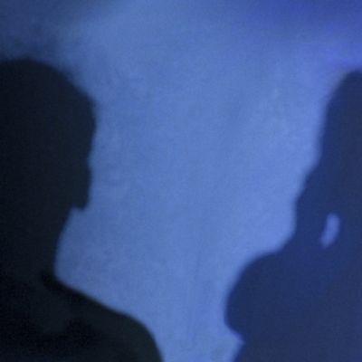 Illustration med skugga av en man och en kvinna