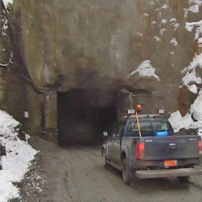 Auto ajaa kaivokseen