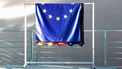 En Eu-flagga hänger över en ställning.