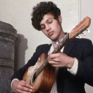 Romanimies soittaa kitaraa
