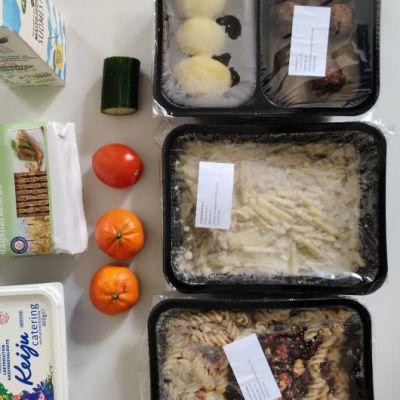 Koululaisille kotiin jaettavia ruoka-annoksia rasioissa.