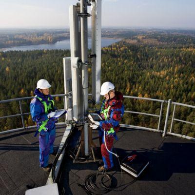 Erkylän linkkitornin katolla kaksi miestä